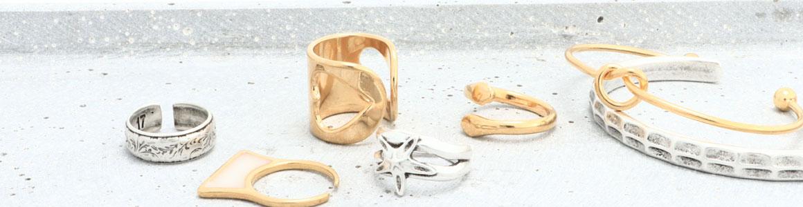 Trendige Ringe und Armreifen